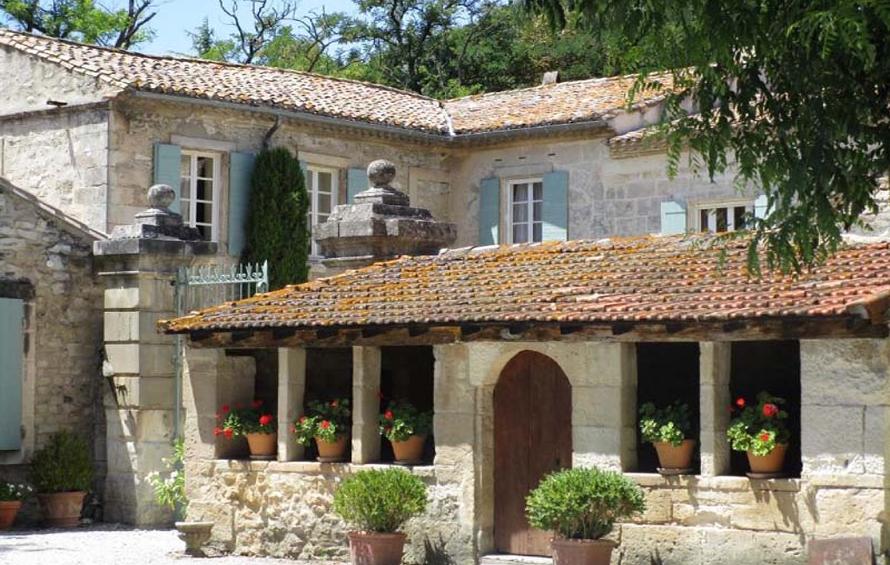 Au pied des Alpilles, cette maison d'hôtes occupe un bâtiment du XVe siècle, à seulement 1 km de Tarascon et à 10 km de Saint-Rémy de Provence